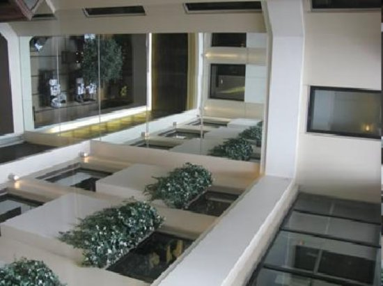 Deccan Rendezvous: 部屋前の廊下は吹き抜けを囲むように。