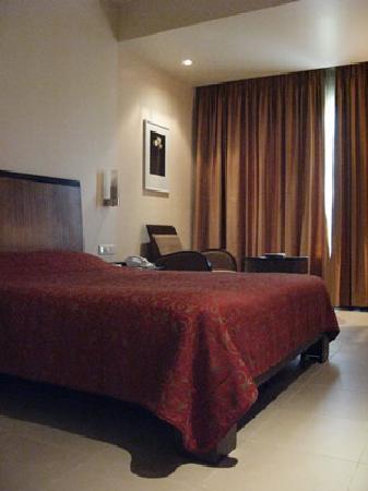 Deccan Rendezvous: 落ち着いた色調の室内。