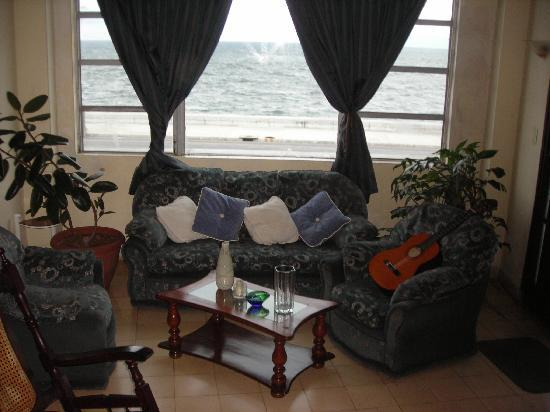 House in Front of the Sea: La guitarra esperandome