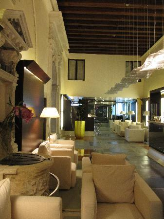 Hotel Palazzo Giovanelli: Reception area with ancient water shaft and bar on the back