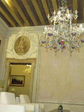Hotel Palazzo Giovanelli: Public area on Noble floor with huge Murano chandelier