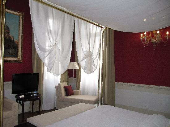 Hotel Palazzo Giovanelli: Bedroom with huge bad, Rubelli fabrics, Murano chandeliers and view to Grand Canal