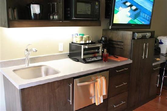 Desert Pearl Inn: kitchenette - I think standard in every room