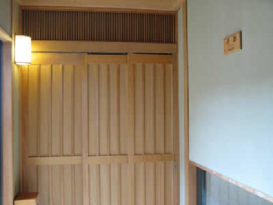 Onyado Kawasemi: 泊まった部屋「侘助」の入口。