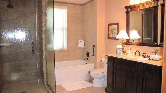 Hotel Granduca Houston: Master Bath