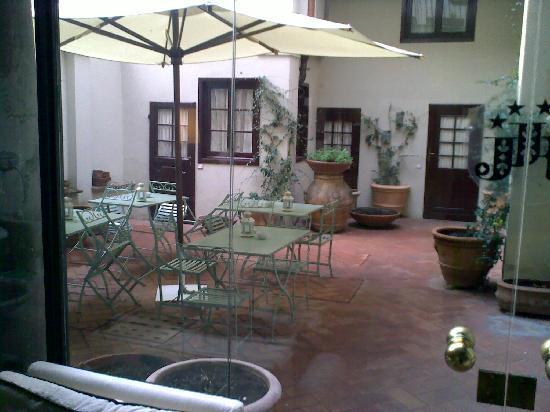 J & J Historic House Hotel: The little inner courtyard.