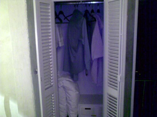 J & J Historic House Hotel: Small wardrobe, but a laptop will fit in the safe.