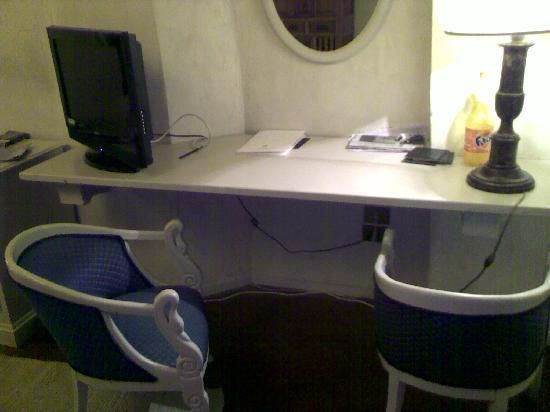 J & J Historic House Hotel: The work space. Too high above the chairs to work at.