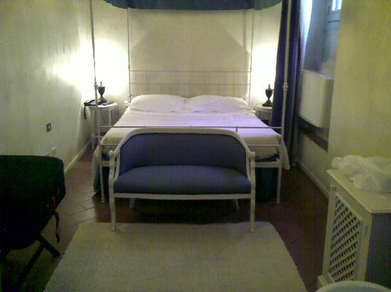 J & J Historic House Hotel: The bedroom. Just one small window.
