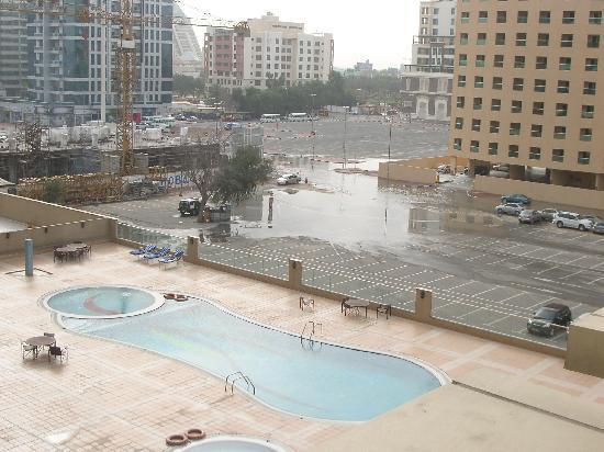 Movenpick Hotel & Apartments Bur Dubai: Vista dalla camera sul retro dell'hotel.