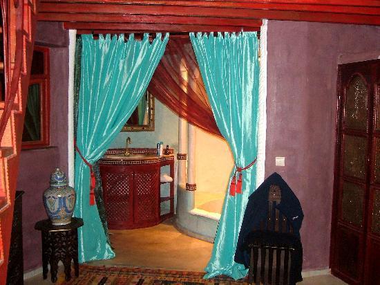 Riad Lorsya: Bathroom in the suite