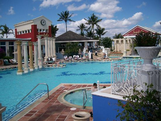 Sandals Royal Bahamian Spa Resort & Offshore Island: Hotel Pool