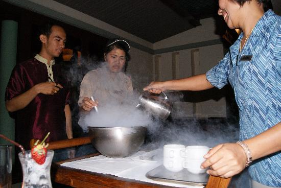 Centara Grand Beach Resort & Villas Krabi: nitrogen ice cream in the lotus restaurant