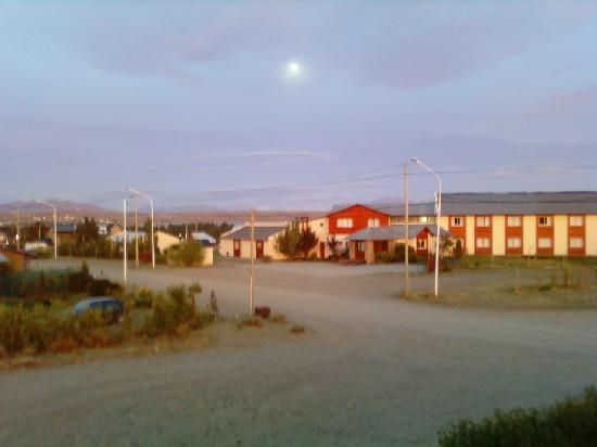 Hosteria Puerto San Julian: La lune brille encore au petit matin, vue de la chambre