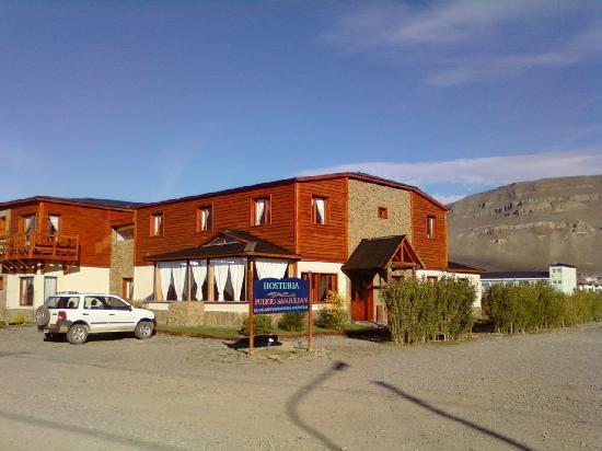 Hosteria Puerto San Julian: Salle du petit déjeuner au premier plan - porte vers la réception à droite