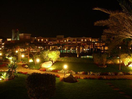 Miramar Al Aqah Beach Resort: Il villaggio di notte