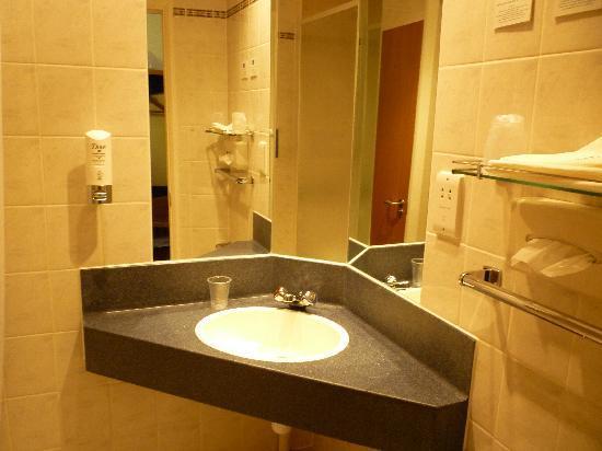 Holiday Inn Express Canterbury: baño