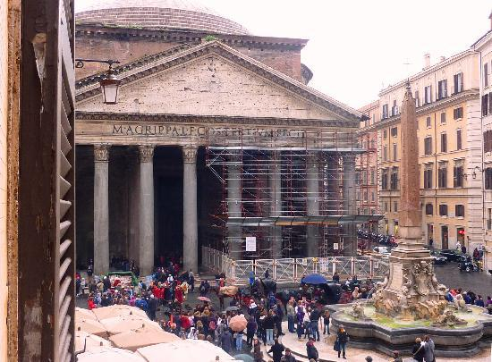 Albergo del Sole Al Pantheon: View from 1st floor bedroom - Pantheon and Square