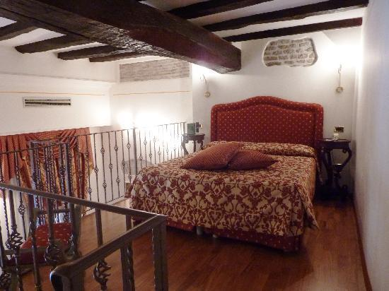 Albergo del Sole Al Pantheon: Room - Sleeping area - upstairs