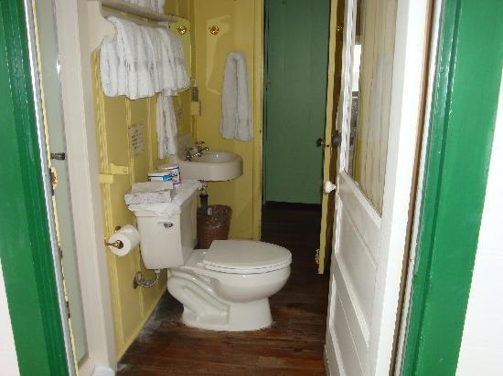 Crystal Cove Beach Cottages: bathroom