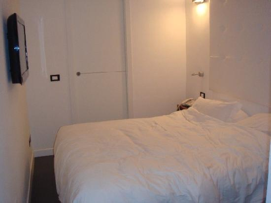 Pantheon Royal Suite: Room 202 Bedroom (door to another guests room!)