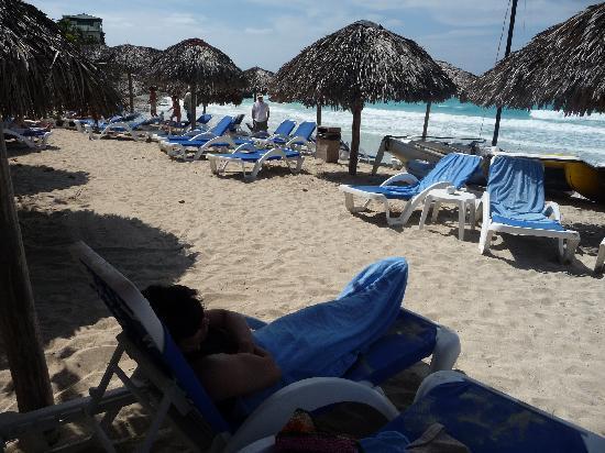 Melia Las Americas: La gente se cubria con la toalla por el viento helado que hacia