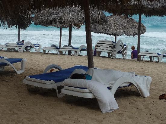 Melia Las Americas: Un bañista durmiendo tapado con frazada ¿?