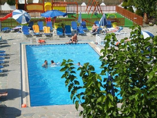 Hotel Macedonia: Poolview from apartment
