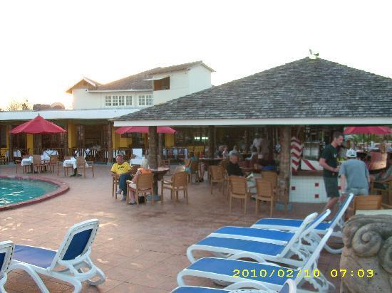 Royal Decameron Club Caribbean: Bar and Pool