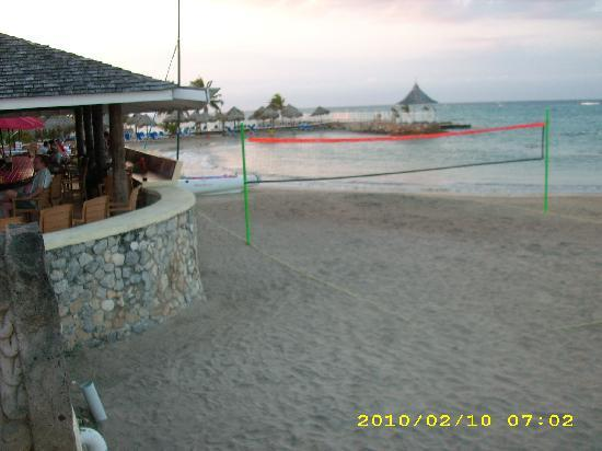 Royal Decameron Club Caribbean: Main Bar and Beach