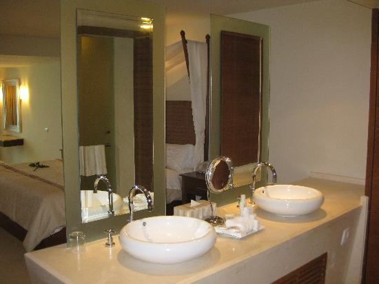 Sun Palace: Bathroom sinks