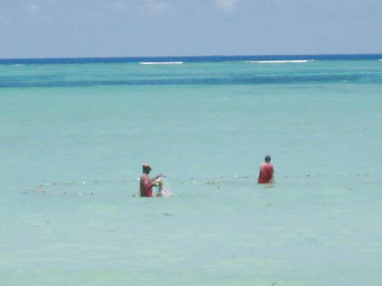 Diamonds Mapenzi Beach: Einheim. Fischer bei Flut im türkisblauen , warmen Wasser
