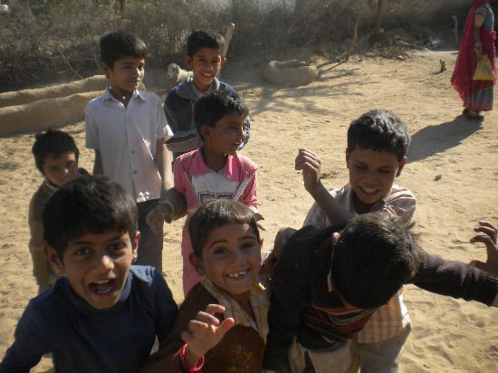 Vinayak Guest House: Fun kids in local village (on tour)
