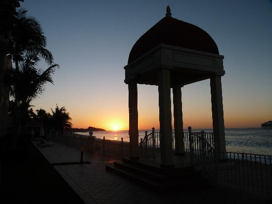 Hotel Riu Santa Fe: Sunrise by the Riu Palace next door