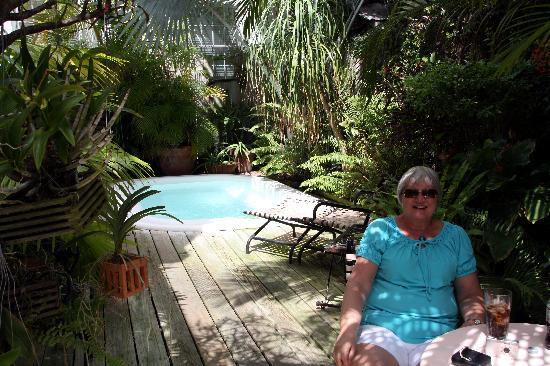 Key West Bed and Breakfast: Garden & jacuzzi area