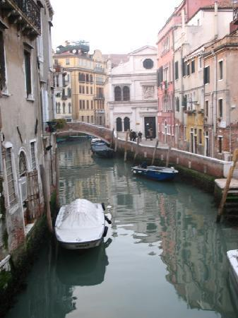 Palazzo Schiavoni: Canal next to the hotel