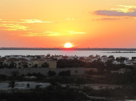 Beach Palace: Sunset over lagoon
