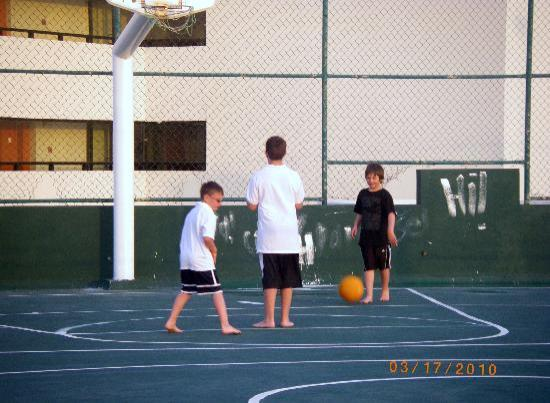 Crown Paradise Club Cancun: roof top basketball court