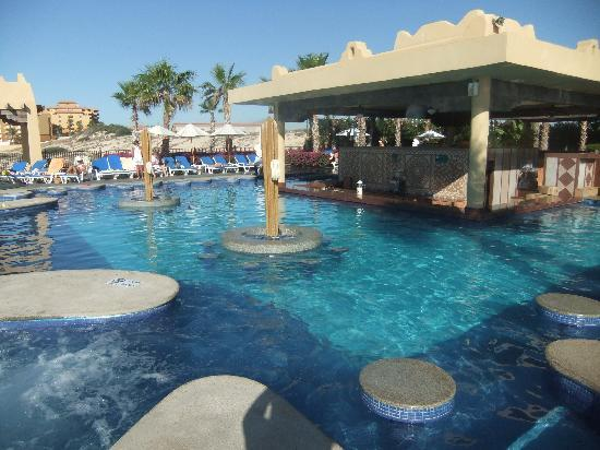 Hotel Riu Santa Fe: Love those swim-up bars!