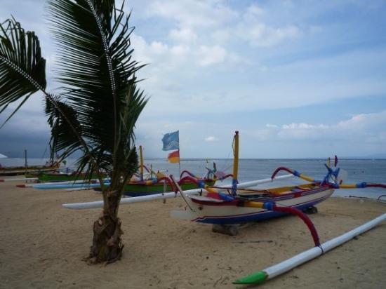 Sanur, Indonesia: Strand voor het hotel