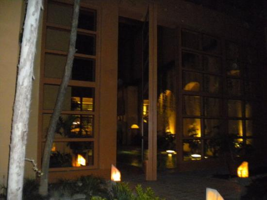 Monterrey, Mexico: Evening view of pool