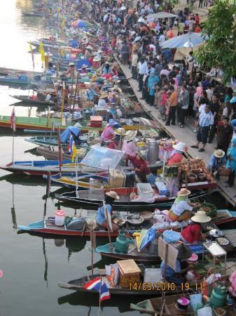 Hat Yai, Thailand: The Klonghae floating market is open on Friday to Sunday from 3pm until about 9pm.
