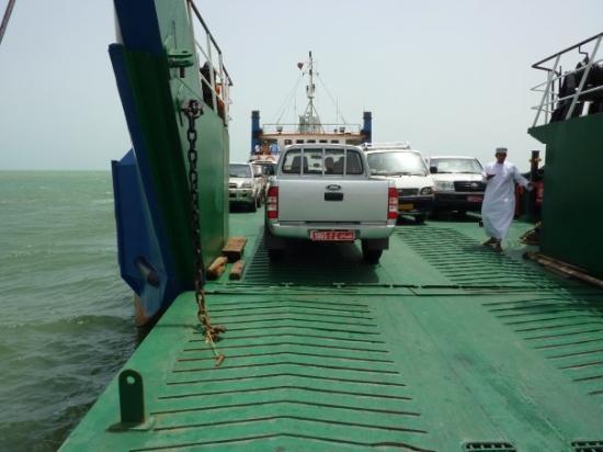Muscat Governorate, Oman: Ferry to Masirah island, als laatste erop, en twas een kramikkelig bootje eigenlijk
