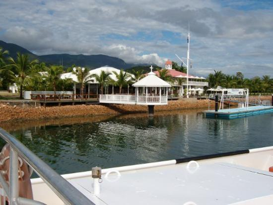 Hinchinbrook Island, Australia: Seaside restaurants and hotels.
