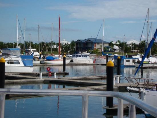Hinchinbrook Island, Australia: Behind all the boats is extremely expensive seaside accommodation.
