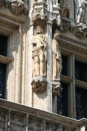 Liège, Belgia: The one building had these hand carved figures all the way around and represented a real person.
