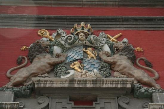 Liège, Belgia: Over a door to a school in Liege.