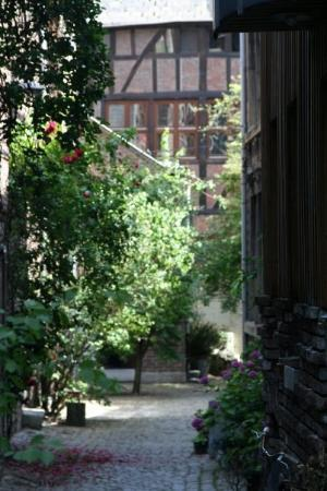Liège, Belgia: A courtyard walkway to a couple of homes.