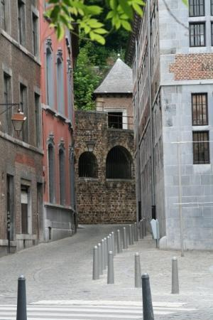 Liège, Belgia: The arches in the wall date back to the wall that surronded the city.