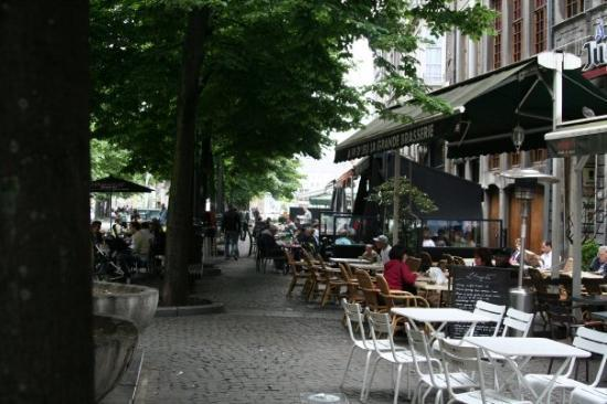 Liège, Belgia: Place du Marche. At least 5 or 6 sidewalk cafes under the trees. One of the favorite places of m
